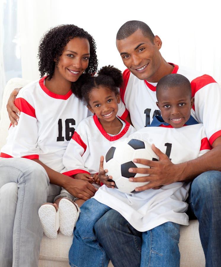 Afro-Amerikaanse familie die een voetbalbal houdt royalty-vrije stock foto's