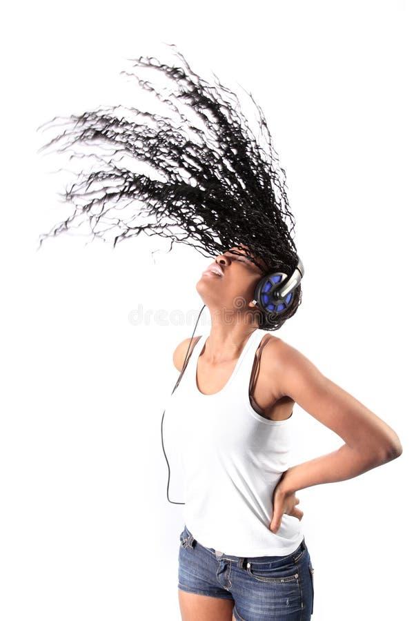 Afro-Amerikaanse het luisteren muziek in hoofdtelefoons royalty-vrije stock fotografie