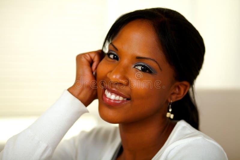 Afro-Amerikaanse jonge vrouw die bij u glimlacht royalty-vrije stock foto