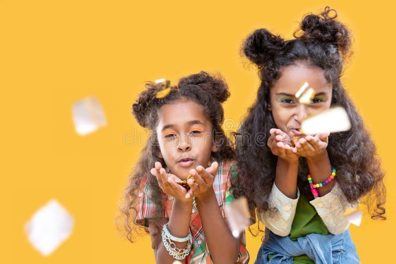Afro Amerikaanse meisjes die van Nice foliestukken blazen bij u royalty-vrije stock foto