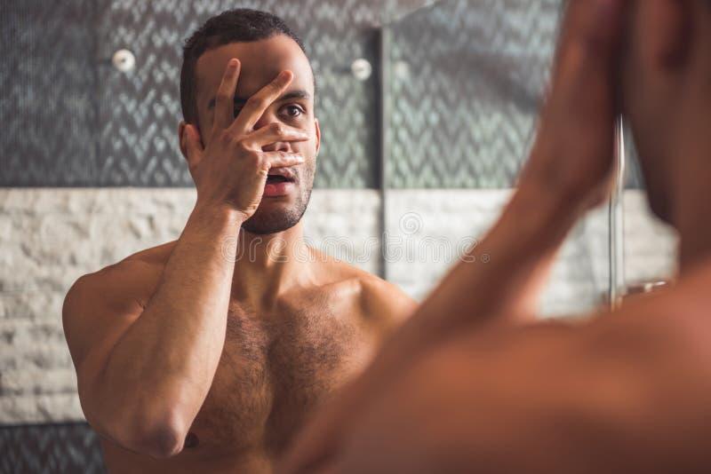 Afro Amerikaanse mens in badkamers stock afbeeldingen