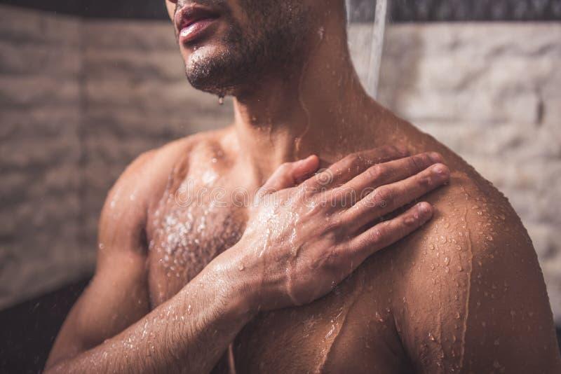 Afro Amerikaanse mens die douche nemen stock afbeeldingen