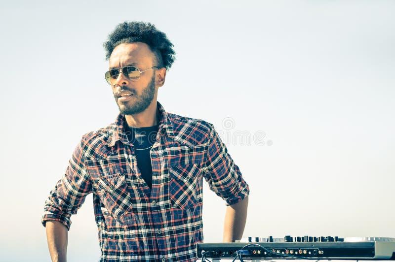 Afro Amerikaanse modelkunstenaar klaar om bij de console van DJ te presteren royalty-vrije stock foto's