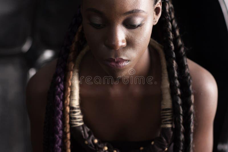 Afro-Amerikaanse vrouw met etnische toebehoren royalty-vrije stock afbeeldingen