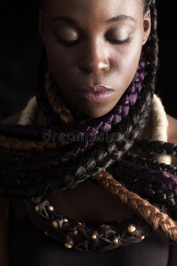 Afro-Amerikaanse vrouw met gekleurde lange vlechten stock fotografie