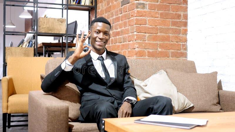 Afro-Amerikaanse Zakenman Showing Ok Sign stock afbeelding