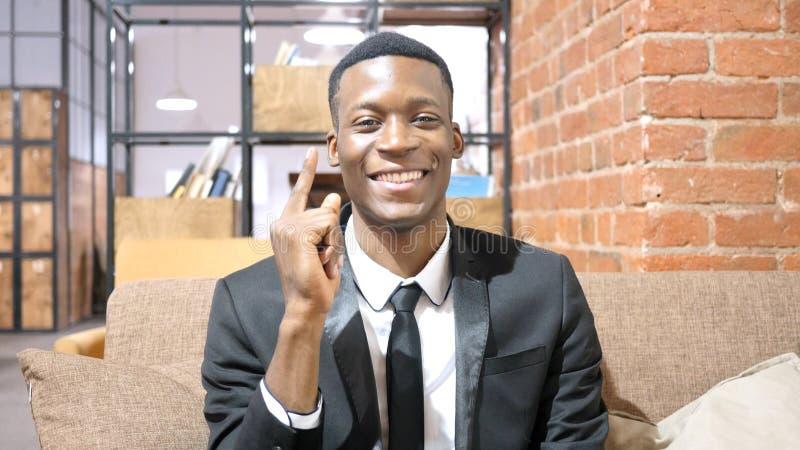Afro--amerikan affärsman Brainstorming som fås ny idé arkivfoto