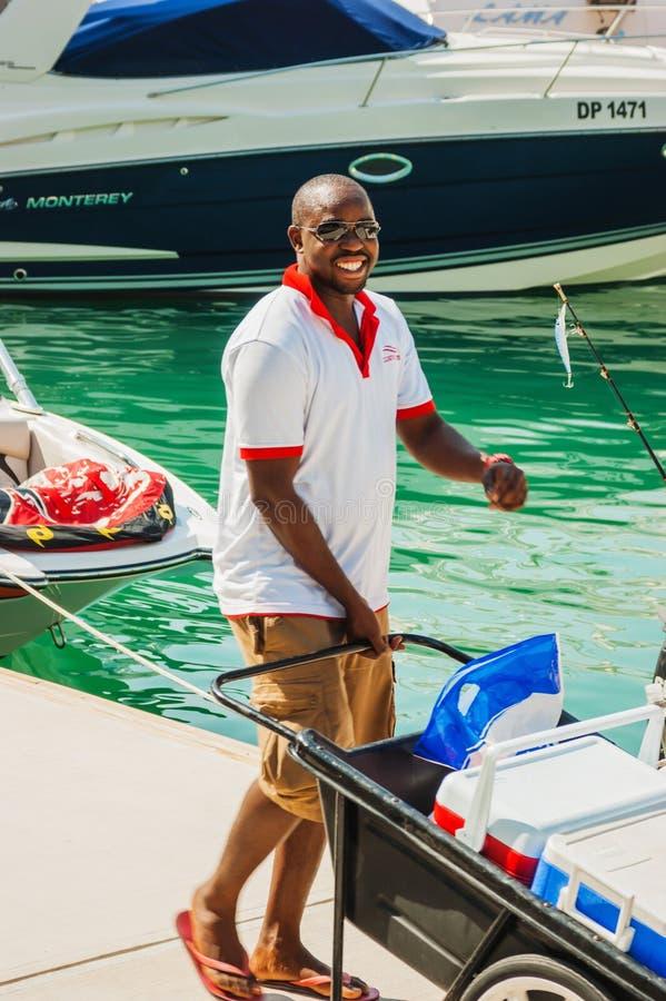 Afro--amerikan man nära yachten arkivbilder