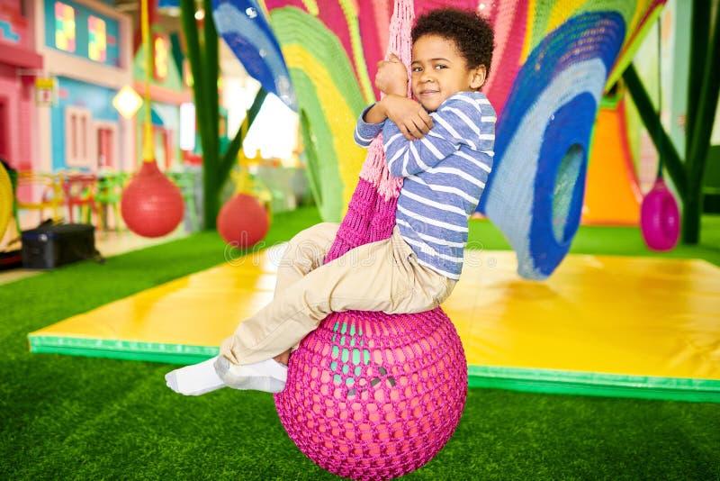 Afro-amerikanischer Junge in der Kindermitte lizenzfreies stockbild