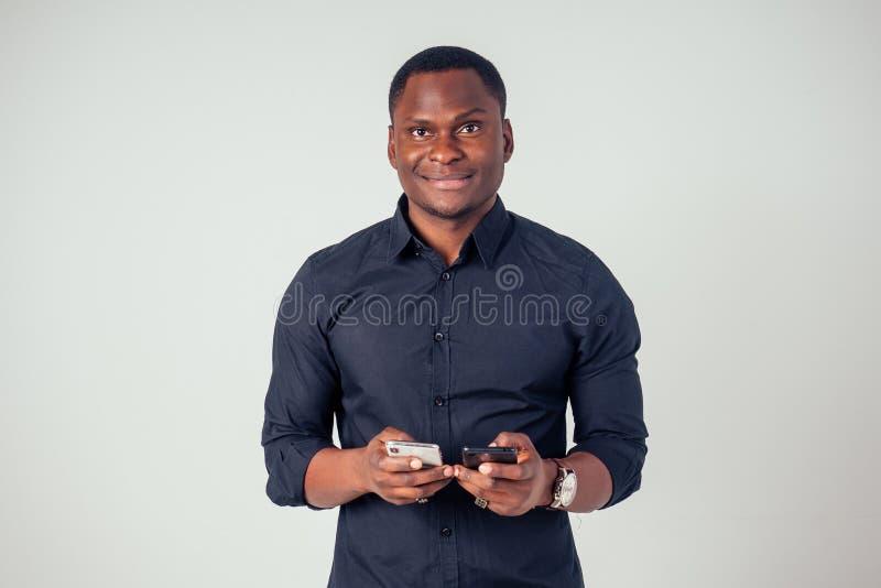 Afro-amerikanischer Jungfernseher im Studio auf weißem Hintergrund lizenzfreies stockfoto