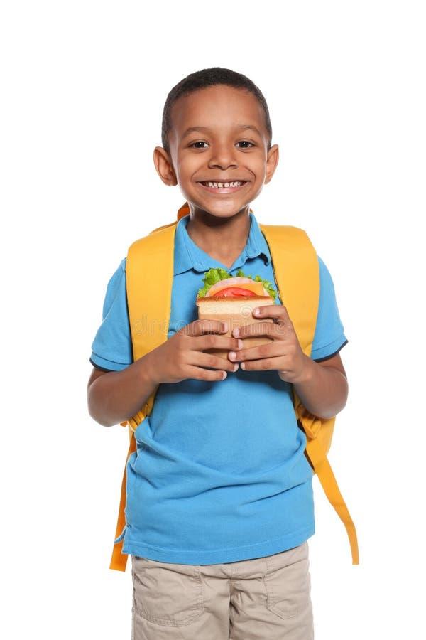 Afro-amerikanischer Schüler mit gesundem Lebensmittel stockbild