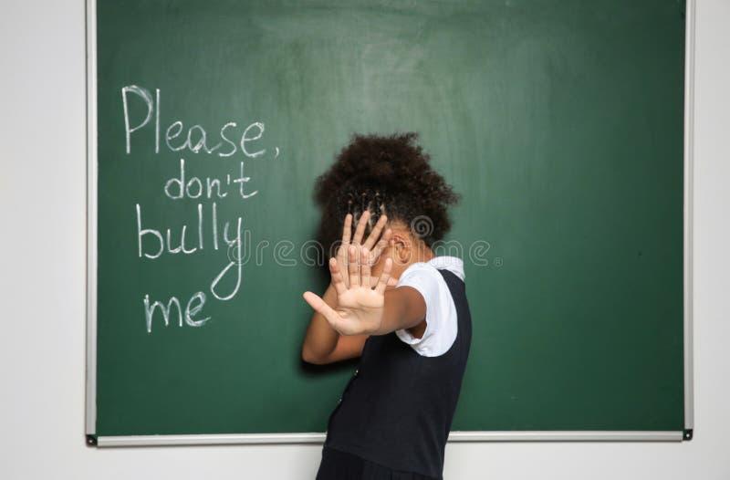 Afro-amerikanisches Mädchen nahe Tafel mit Text stockfotografie