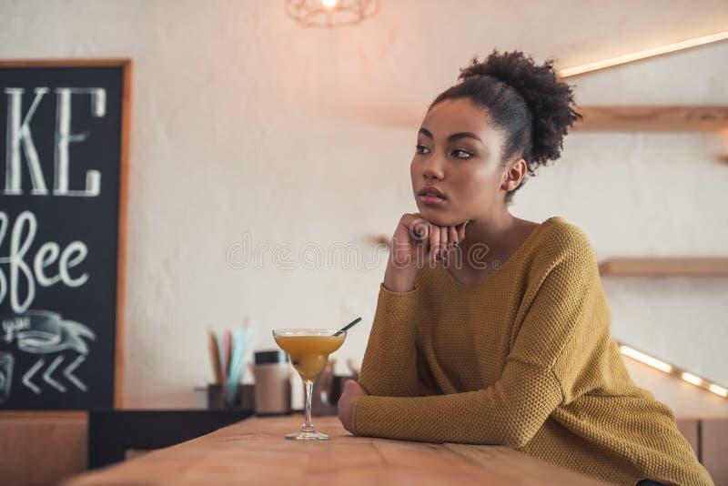 Afro- amerikansk flicka i kafé royaltyfria foton