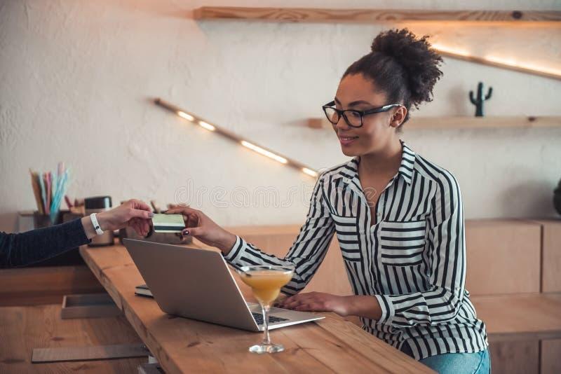 Afro- amerikansk flicka i kafé royaltyfri bild