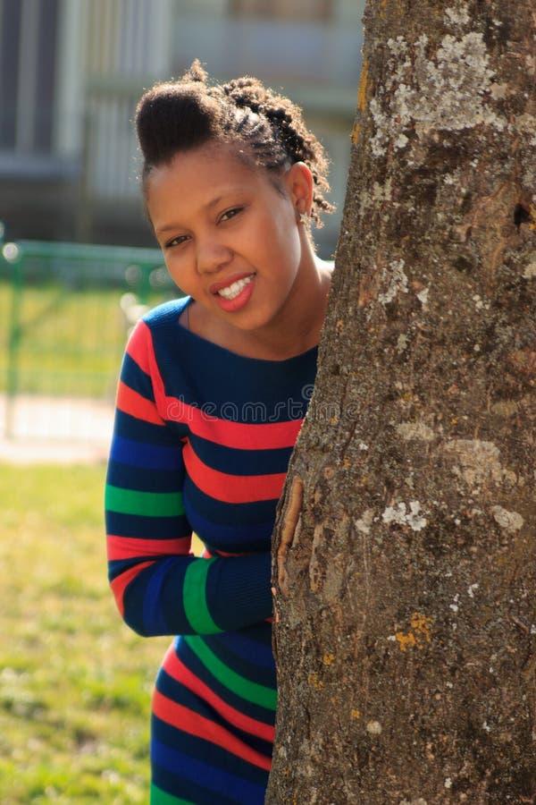 afro amerikansk härlig svart parktreekvinna royaltyfria bilder
