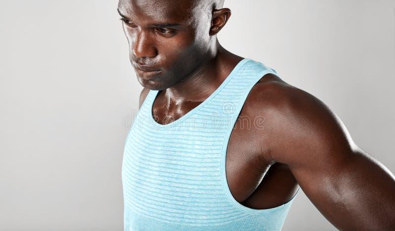 Afro- amerikansk konditionmodell som ser bort, och tänka royaltyfri bild