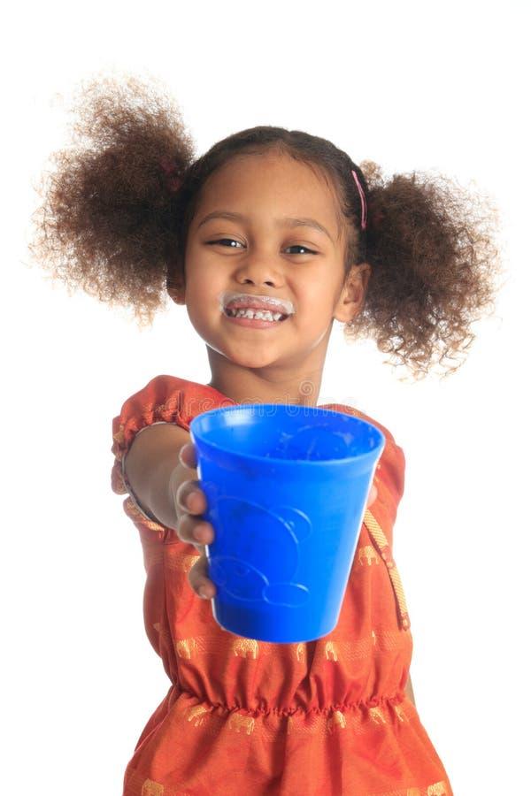 afro amerikanska asiatiska barn dricker hår mjölkar long royaltyfri foto