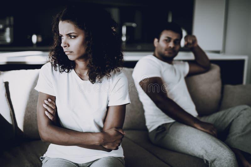 Afro- amerikanska par på soffan gräla begreppet royaltyfri foto