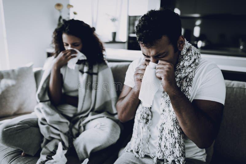 Afro- amerikanska par som har en Desease hemma arkivbilder