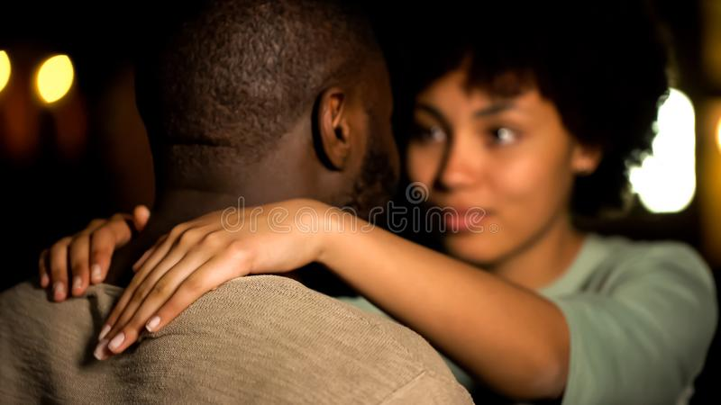 Afro- amerikanska vänner kopplar ihop krama, det intima datumet, sexuell lust som förför flickan arkivbild