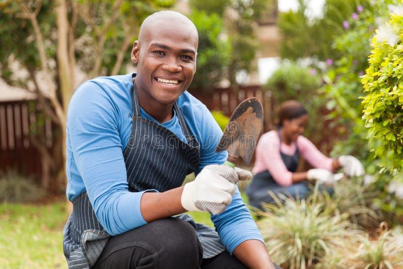 Afro- amerikanskt arbeta i trädgården för par arkivbilder