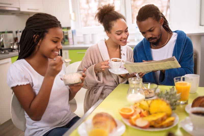 Afro Amerykańska rodzina na ranku zdjęcia stock
