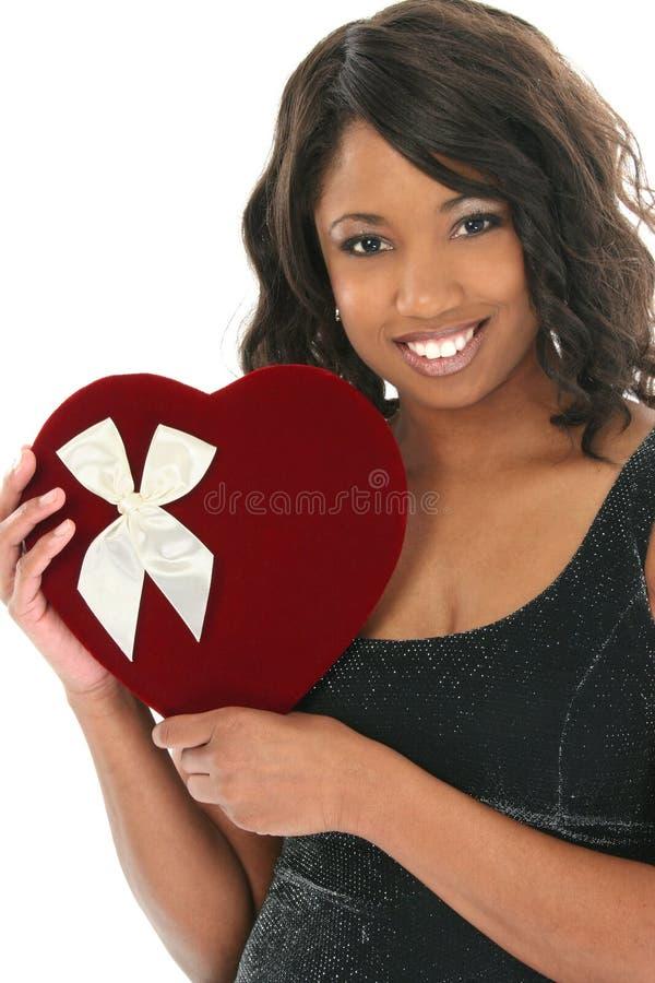 afro - amerykański piękne pudełko serca kobiety aksamitna słodycze zdjęcie royalty free