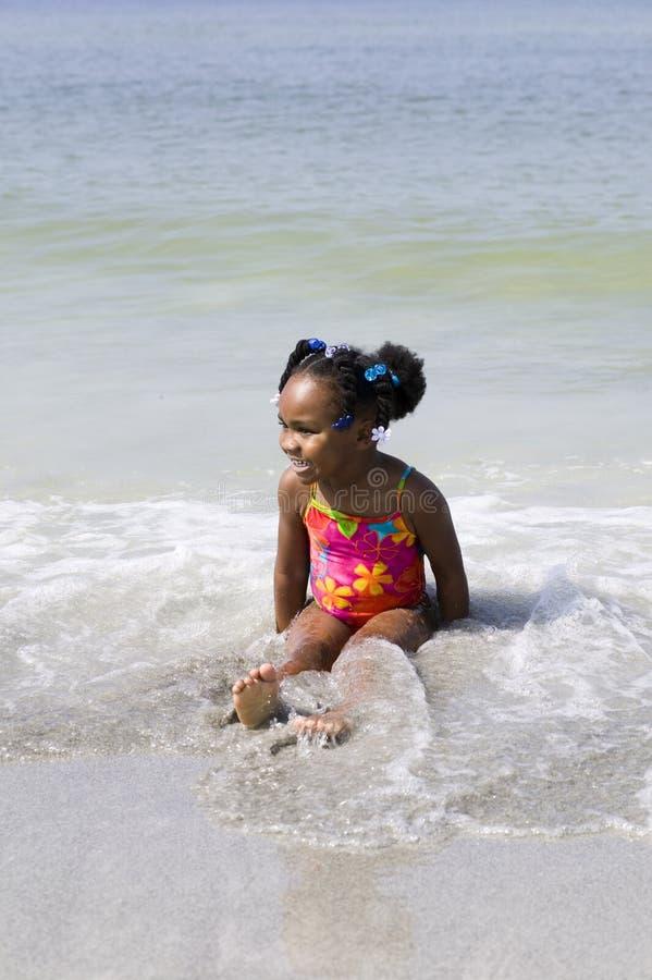 afro - amerykanów. plażowi bawią się dzieci. zdjęcia royalty free