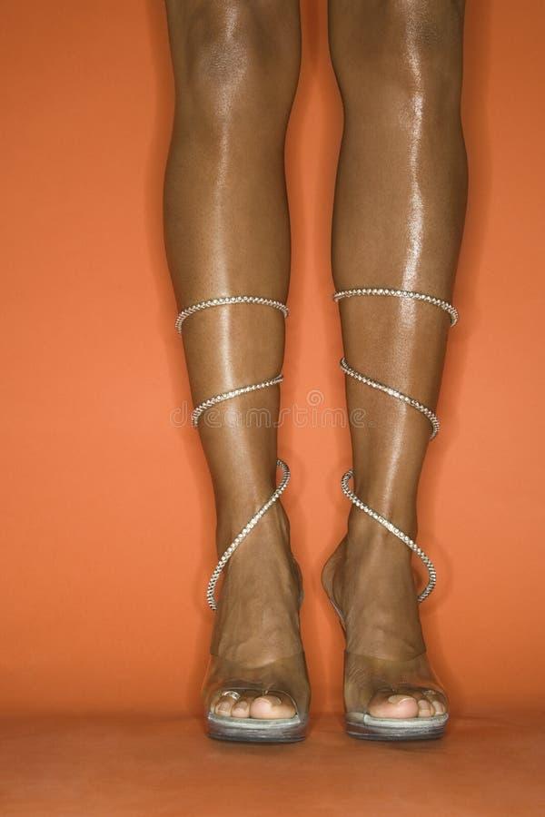 afro - amerykanie stóp wysokości piętowa czworonożne noszących młodych kobiet zdjęcia stock