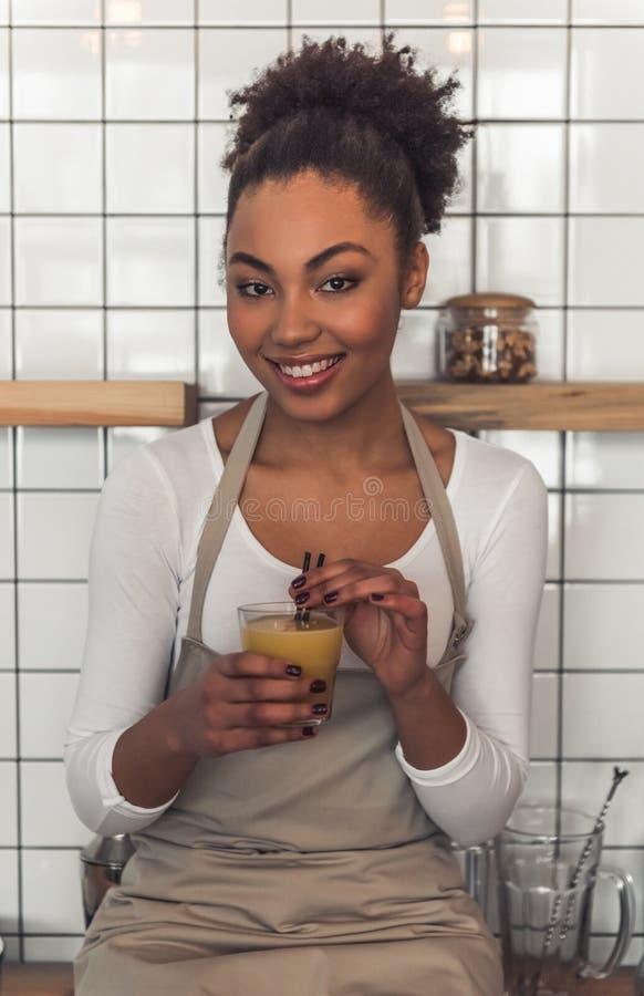 Afro amerykanina kelnerka zdjęcia stock