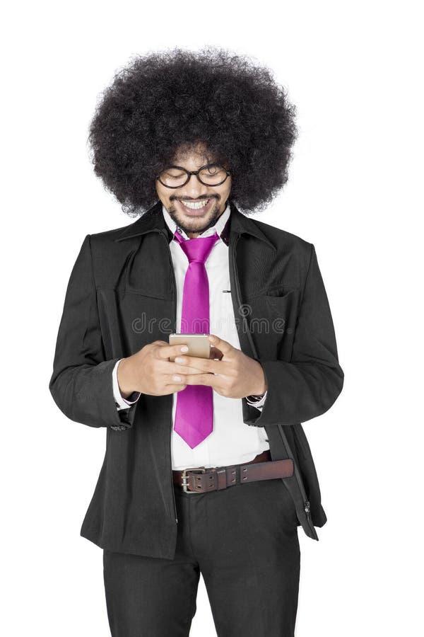 Afro biznesmen używa telefon komórkowego na studiu fotografia royalty free