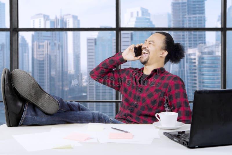 Afro biznesmen z smartphone blisko okno fotografia royalty free