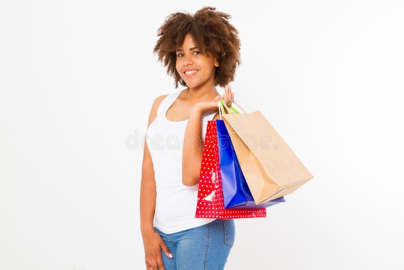 Afro-Fraueneinkaufen Glückliches junges Afroamerikanermädchen mit den Einkaufstaschen lokalisiert auf weißem Hintergrund Kopieren stockfotografie