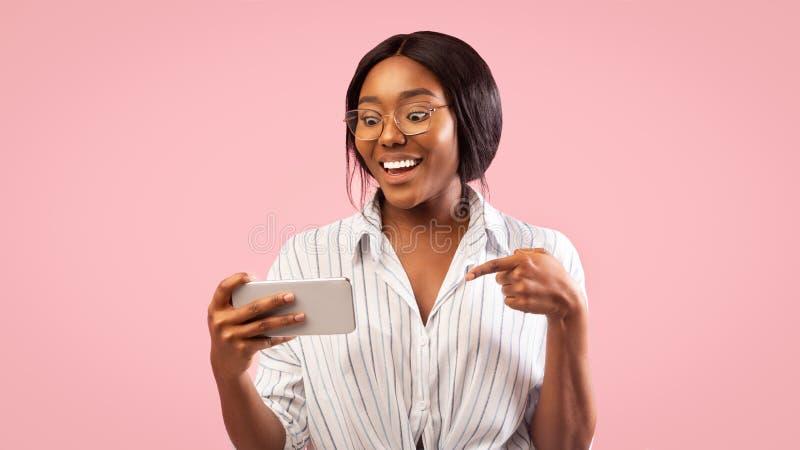 Afro Girl Holding Cellphone Uśmiechnięta Stojąc Na Różowym Tle, Panorama zdjęcie royalty free