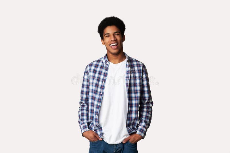 Afro Guy Posing adolescente con le mani in tasche fotografia stock
