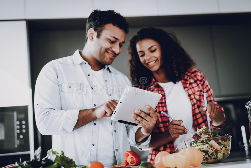 Afro het Amerikaanse Paar Koken bij Keukenconcept stock fotografie