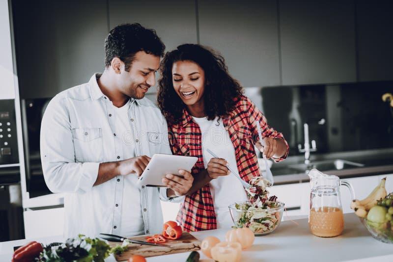 Afro het Amerikaanse Paar Koken bij Keukenconcept royalty-vrije stock foto's