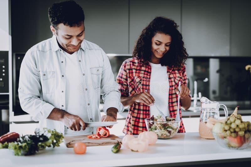 Afro het Amerikaanse Paar Koken bij Keukenconcept stock afbeeldingen