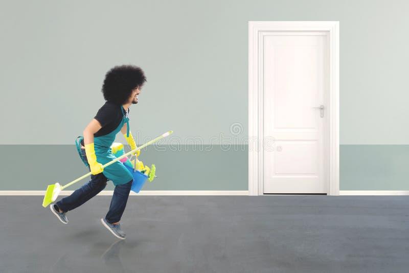 Afro janitor bieg w hotelowym korytarzu fotografia royalty free