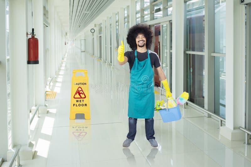 Afro janitor przedstawienia aprobaty w dworcu zdjęcie stock