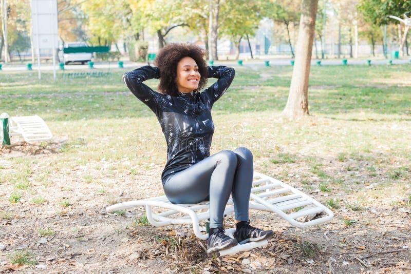 Afro kobiety ćwiczenie Przy Plenerowym sprawność fizyczna parkiem W Sportswear zdjęcia stock