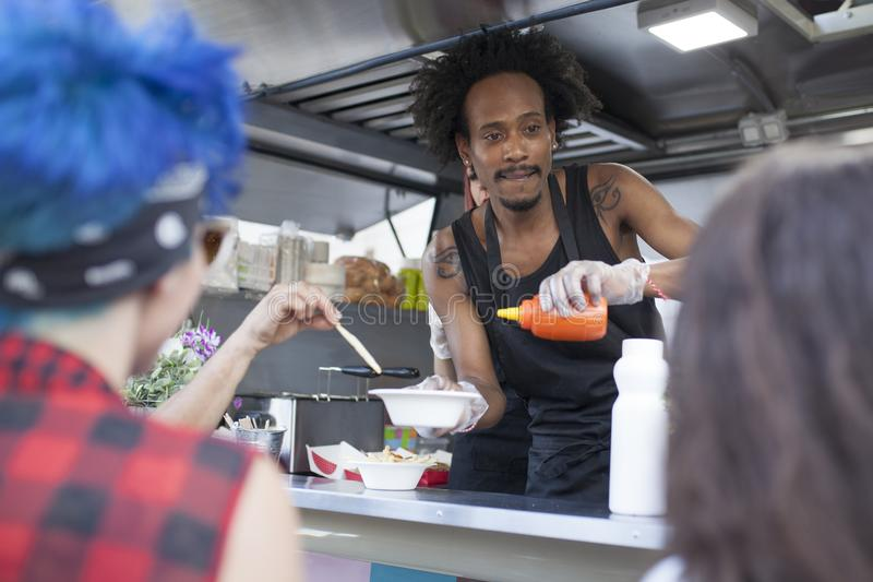 Afro mężczyzna pracy w jedzenie ciężarówce fotografia royalty free