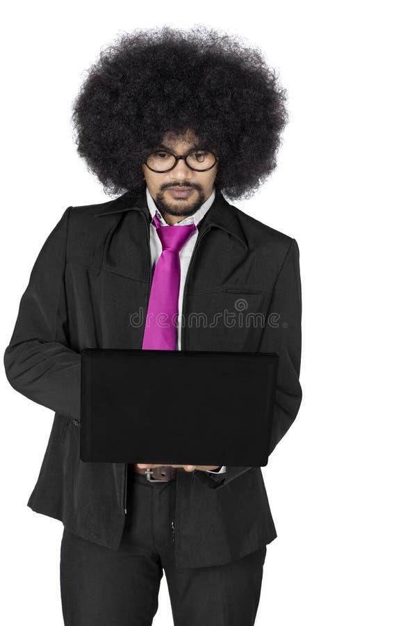 Afro męski kierownik z laptopem na studiu zdjęcie stock