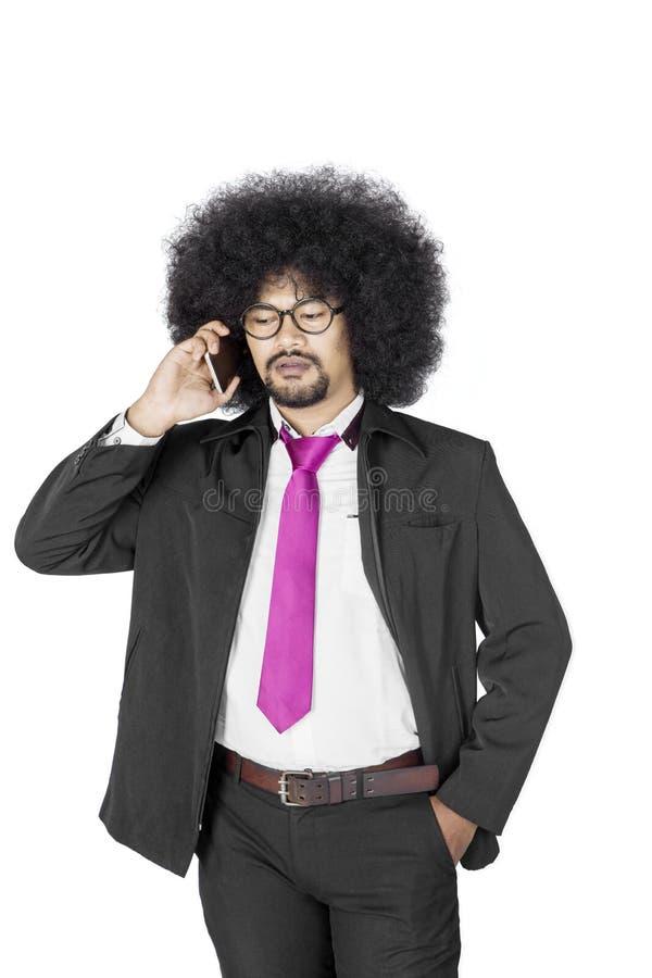 Afro męski kierownik z smartphone na studiu obrazy royalty free