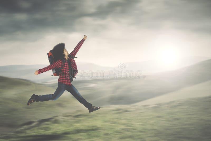 Afro- manlig spring i berget arkivfoton