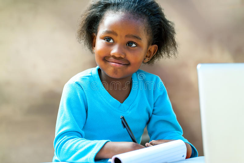 Afro studencki robi schoolwork zdjęcie stock