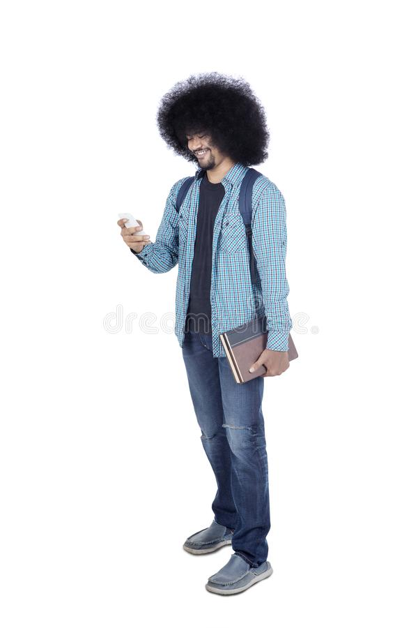 Afro student collegu używa jego smartphone na studiu obrazy stock