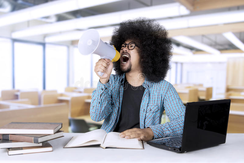 Afro student collegu z megafonem obrazy stock