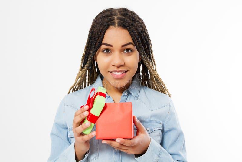 Afro szczęśliwa kobieta otwiera prezenta pudełko na białym tle odizolowywającym obrazy stock