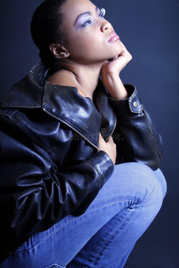 Afroamericano adolescente che contempla e che si inginocchia fotografie stock libere da diritti